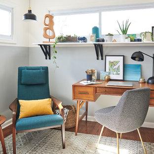 ニューヨークの小さいコンテンポラリースタイルのおしゃれな書斎 (グレーの壁、濃色無垢フローリング、自立型机、茶色い床) の写真