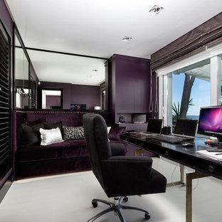 他の地域の中サイズのコンテンポラリースタイルのおしゃれな書斎 (紫の壁、カーペット敷き、暖炉なし、自立型机) の写真