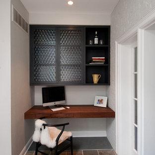 Idéer för ett litet 50 tals hemmabibliotek, med vita väggar, skiffergolv och ett inbyggt skrivbord