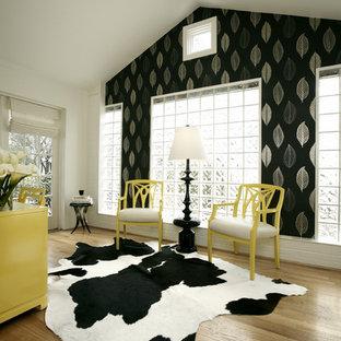 Immagine di uno studio design con pavimento in legno massello medio, scrivania autoportante, pareti multicolore e pavimento beige