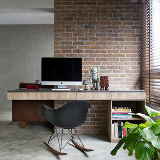 Ejemplo de despacho urbano, pequeño, con suelo de cemento y escritorio empotrado