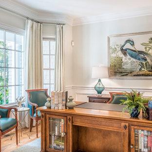 ボストンの中サイズのトラディショナルスタイルのおしゃれな書斎 (グレーの壁、無垢フローリング、暖炉なし、自立型机、茶色い床) の写真