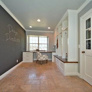 Idee per uno studio chic di medie dimensioni con pareti grigie, nessun camino, scrivania incassata e pavimento in travertino