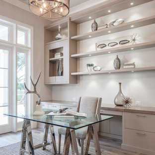 他の地域のトランジショナルスタイルのおしゃれなホームオフィス・仕事部屋 (ベージュの壁、淡色無垢フローリング、自立型机、ベージュの床) の写真
