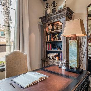 Inspiration pour un bureau traditionnel de taille moyenne avec un mur beige, un sol en travertin, un bureau indépendant et un sol beige.