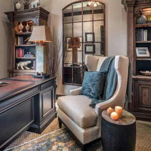 ヒューストンの中くらいのトラディショナルスタイルのおしゃれなホームオフィス・書斎 (ライブラリー、ベージュの壁、トラバーチンの床、自立型机、ベージュの床) の写真