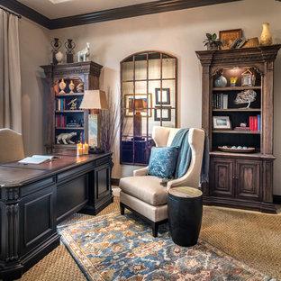 ヒューストンの中サイズのトラディショナルスタイルのおしゃれなホームオフィス・仕事部屋 (ライブラリー、ベージュの壁、トラバーチンの床、自立型机、ベージュの床) の写真