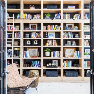 Bild på ett litet vintage arbetsrum, med ett bibliotek, blå väggar, skiffergolv, ett fristående skrivbord och flerfärgat golv