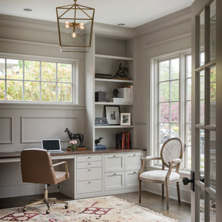 Inspiration för ett vintage arbetsrum, med grå väggar, mörkt trägolv, ett inbyggt skrivbord och brunt golv