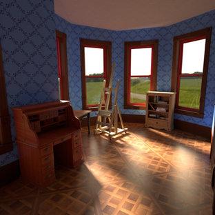中サイズのヴィクトリアン調のおしゃれなアトリエ・スタジオ (青い壁、濃色無垢フローリング、暖炉なし、自立型机、茶色い床) の写真