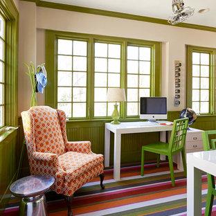 シャーロットの大きいトラディショナルスタイルのおしゃれな書斎 (カーペット敷き、自立型机、緑の壁、マルチカラーの床) の写真