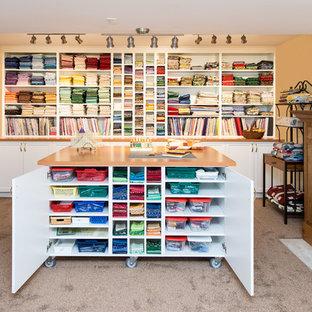 Foto di una grande stanza da lavoro classica con pareti beige, moquette, camino classico, cornice del camino piastrellata e scrivania autoportante