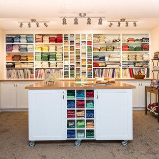 Inspiration för stora klassiska hobbyrum, med beige väggar, heltäckningsmatta, en standard öppen spis, en spiselkrans i trä och ett fristående skrivbord