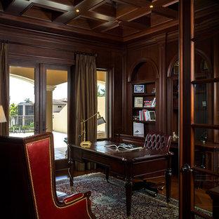 Idéer för ett exotiskt hemmabibliotek, med mellanmörkt trägolv och ett fristående skrivbord