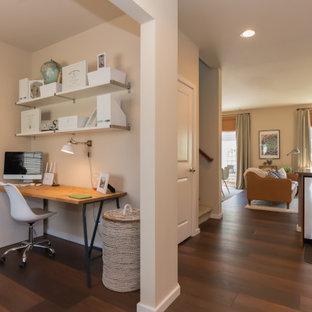 シアトルの小さいミッドセンチュリースタイルのおしゃれな書斎 (クッションフロア、自立型机、赤い床、ベージュの壁) の写真