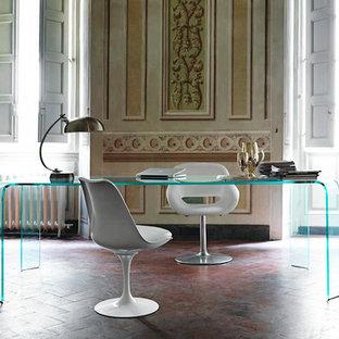 Idee per uno studio minimal di medie dimensioni con pareti multicolore, pavimento in terracotta e scrivania autoportante