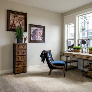 ポートランドの中くらいのサンタフェスタイルのおしゃれな書斎 (ベージュの壁、カーペット敷き、自立型机、ベージュの床) の写真