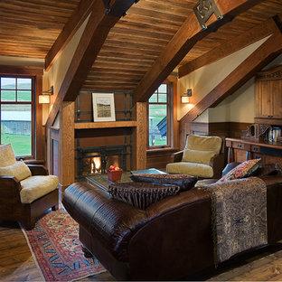 Idéer för stora rustika hemmabibliotek, med beige väggar, mellanmörkt trägolv, en standard öppen spis och ett inbyggt skrivbord
