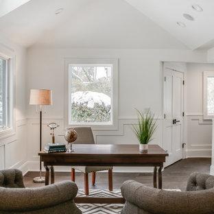 デトロイトのトランジショナルスタイルのおしゃれな書斎 (白い壁、濃色無垢フローリング、自立型机、茶色い床、羽目板の壁、三角天井) の写真