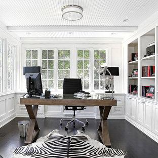 Klassisches Arbeitszimmer mit weißer Wandfarbe, dunklem Holzboden, freistehendem Schreibtisch und schwarzem Boden in New York
