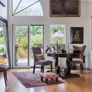 サンタバーバラのトラディショナルスタイルのおしゃれな書斎 (白い壁、無垢フローリング、自立型机、黄色い床) の写真