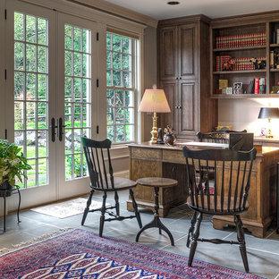 Diseño de despacho de estilo de casa de campo, grande, sin chimenea, con paredes grises, escritorio independiente, suelo de pizarra y suelo gris