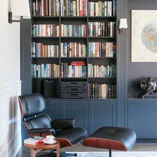 オックスフォードシャーの大きいコンテンポラリースタイルのおしゃれな書斎 (黄色い壁、濃色無垢フローリング、暖炉なし、自立型机) の写真