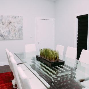 Réalisation d'un grand bureau minimaliste avec un mur gris, un sol en carrelage de céramique et cheminée suspendue.