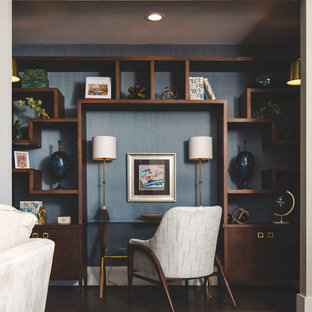 Inspiration för moderna hemmabibliotek, med blå väggar, mörkt trägolv och ett inbyggt skrivbord