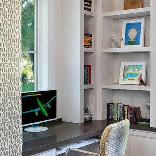 Ispirazione per un grande studio chic con pareti bianche, scrivania incassata e pavimento in sughero