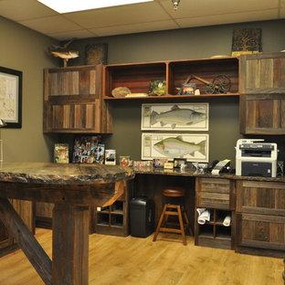 Idéer för mellanstora rustika arbetsrum, med beige väggar, ljust trägolv och ett inbyggt skrivbord