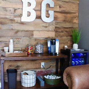 アトランタのインダストリアルスタイルのおしゃれなホームオフィス・書斎 (グレーの壁、ラミネートの床、茶色い床) の写真