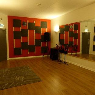 Großes Modernes Arbeitszimmer mit Laminat in Hampshire
