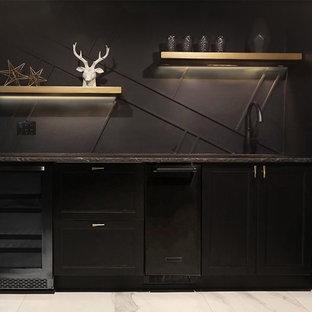 Idee per un grande atelier contemporaneo con pareti nere, pavimento in marmo, nessun camino, scrivania autoportante e pavimento bianco
