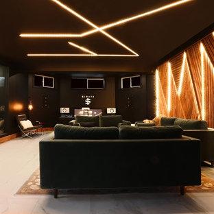 Bild på ett stort funkis hemmastudio, med svarta väggar, marmorgolv, ett fristående skrivbord och vitt golv