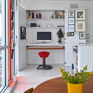 オタワのコンテンポラリースタイルのおしゃれなホームオフィス・書斎 (白い壁、造り付け机、白い床) の写真