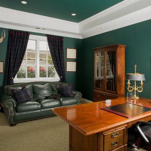 オレンジカウンティのトラディショナルスタイルのおしゃれなホームオフィス・書斎 (緑の壁、カーペット敷き、自立型机) の写真