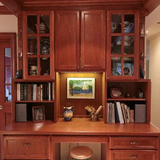 サンフランシスコの小さいトラディショナルスタイルのおしゃれな書斎 (ベージュの壁、ライムストーンの床、造り付け机、ベージュの床) の写真