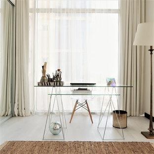 ハートフォードシャーの小さいコンテンポラリースタイルのおしゃれな書斎 (ラミネートの床、暖炉なし、自立型机、ベージュの壁、ベージュの床) の写真