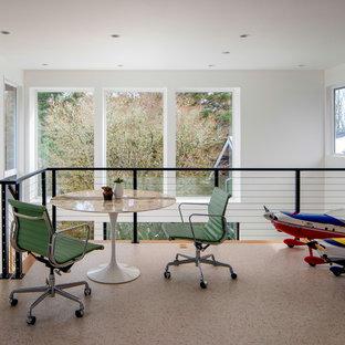 Идея дизайна: большая домашняя мастерская в стиле ретро с белыми стенами, полом из линолеума, отдельно стоящим рабочим столом и белым полом без камина