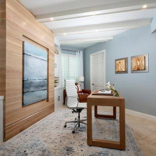 マイアミの広いビーチスタイルのおしゃれな書斎 (青い壁、トラバーチンの床、自立型机、ベージュの床、表し梁、板張り壁) の写真