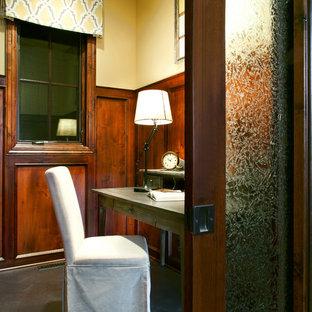 Пример оригинального дизайна: кабинет в стиле рустика с бетонным полом и желтыми стенами
