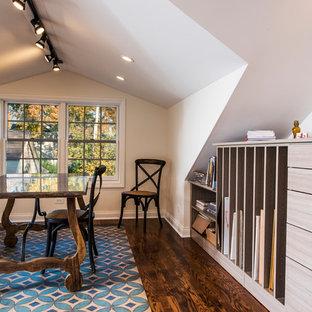 Foto på ett mellanstort eklektiskt hemmastudio, med vita väggar, mellanmörkt trägolv och ett fristående skrivbord