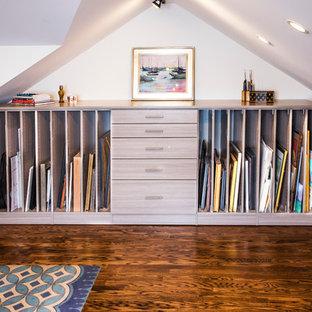 Idee per un atelier eclettico di medie dimensioni con pareti bianche, nessun camino e scrivania autoportante