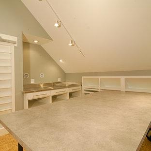 サンフランシスコのインダストリアルスタイルのおしゃれなホームオフィス・書斎 (グレーの壁、合板フローリング、暖炉なし、自立型机) の写真