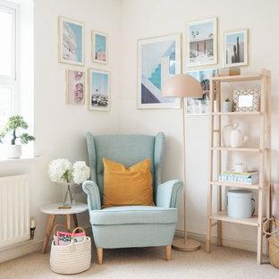 他の地域のミッドセンチュリースタイルのおしゃれな書斎 (白い壁、カーペット敷き、暖炉なし、ベージュの床) の写真