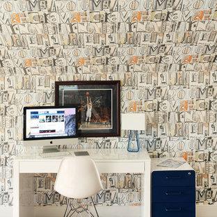 Ispirazione per uno studio contemporaneo con pareti multicolore, moquette, scrivania autoportante e pavimento marrone