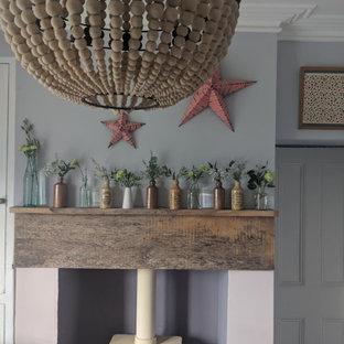 他の地域の小さいコンテンポラリースタイルのおしゃれなアトリエ・スタジオ (ピンクの壁、磁器タイルの床、薪ストーブ、木材の暖炉まわり、ピンクの床) の写真