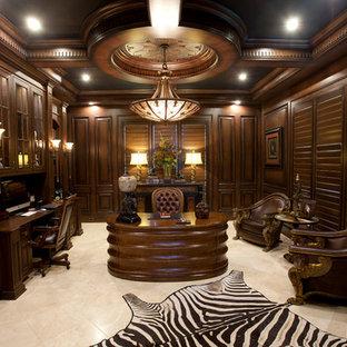 Cette photo montre un grand bureau éclectique avec un mur marron, un sol en calcaire, aucune cheminée, un bureau indépendant et un sol beige.