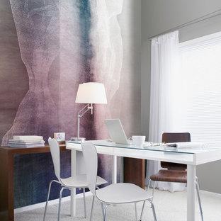 Diseño de despacho minimalista con paredes púrpuras, moqueta y escritorio independiente